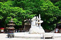 千山大佛寺广场全息佛字与树林