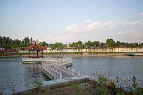 日出时刻公园中的水上栈桥