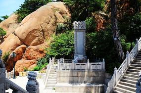 石龟驮着的背靠天成大佛山的弥勒宝塔碑记