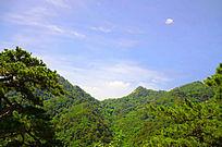 在千山大佛寺风景区观山峰间的蓝天