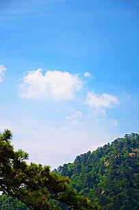 在千山大佛寺风景区观天空中的蓝天