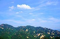 在千山大佛寺风景区观远处的蓝天白云