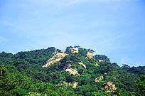 在千山大佛寺风景区观远处的山峰