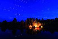 湖岸星轨下的野营