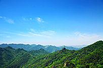蓝天覆盖下的五佛顶景区群山山峰