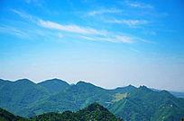 头顶着蓝天的五佛顶景区的群山