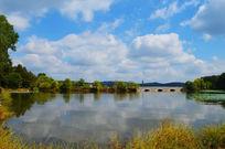 蓝天湖水景色