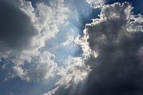 浓重云层上的太阳