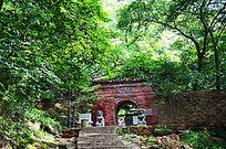 被绿树包围着的千山龙泉寺正门