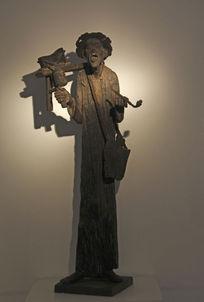 雕塑抽烟的老人