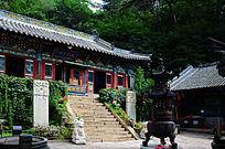 千山龙泉寺的大雄宝殿与香炉