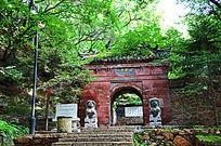 千山龙泉寺正门近景与树木