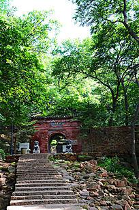 千山龙泉寺正门与树木远景