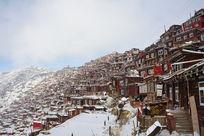 色达佛学院雪中的红房子