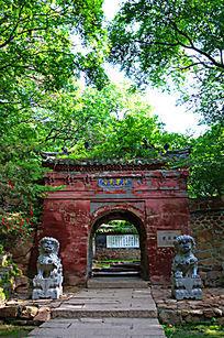 一对石狮站岗的千山龙泉寺正门