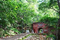 一条石阶路通向千山龙泉寺正门