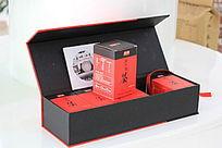 周大黑黑米茶红黑主色调的礼盒