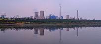 河畔的发电厂