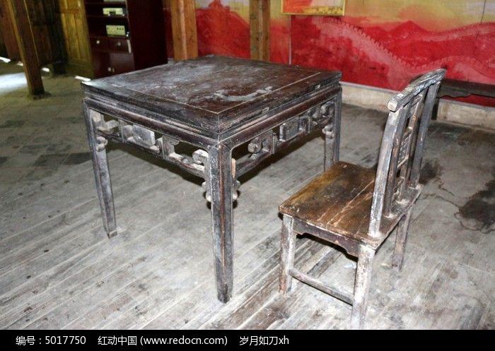 均郧房县委县政府旧址的桌椅图片