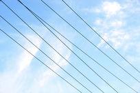 蓝天下电线两三根