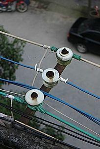 小镇屋顶俯拍陈旧电线瓷瓶