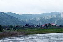 额尔古纳河云雾村庄