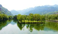 鱼骨洞高山湖水图片