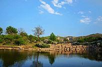鞍山立山公园里的湖与天上的白云
