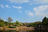 彩云飘飘下的孟泰公园里的山与湖