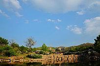 蓝色天空下的孟泰公园里的山与湖