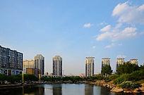 蓝天白云下的孟泰公园里的湖