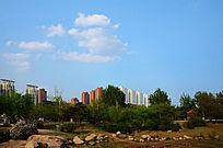 立山孟泰公园附近的高层建筑群与天上的白云