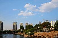 孟泰公园里的湖与附近的高层建筑群