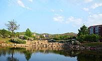 孟泰公园里的湖与红色居民住宅楼