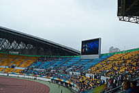 贵阳奥体心足球场显示屏和看球赛的观众们