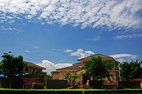 蓝天白云下的别墅区局部