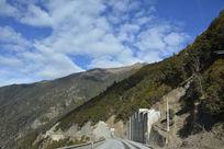 高山间的公路