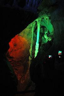 房县野人洞里灯光照射下的景观