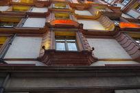 仰拍上海老式建筑