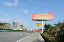 ETC车辆靠左指示牌与高炮广告