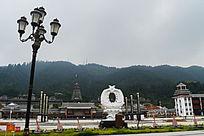 个性路灯和文化广场民族特色建筑