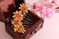 首饰盒中的四个金色莲花发夹