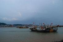 蓝天彩虹渔船