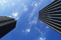 蓝天下仰望高楼