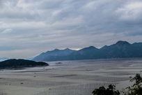 群山中海滩
