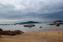 沙滩渔港远山天空