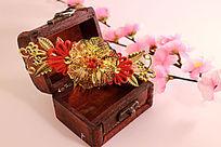 复古红木首饰盒中的新娘头饰