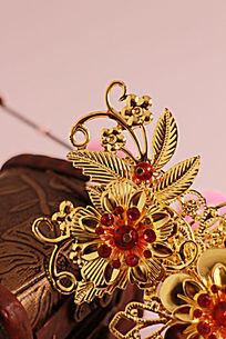 古首饰盒旁的金色梅花步摇