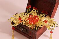 红木首饰盒上的金色流苏发钗