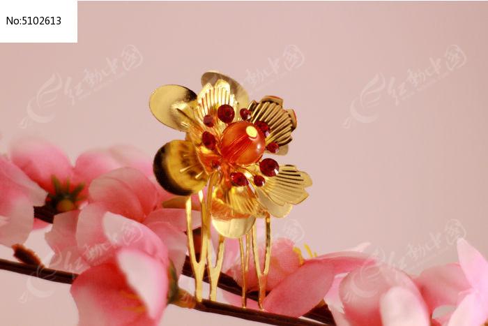 梅花上的金色花朵发夹图片,高清大图_装饰品素材